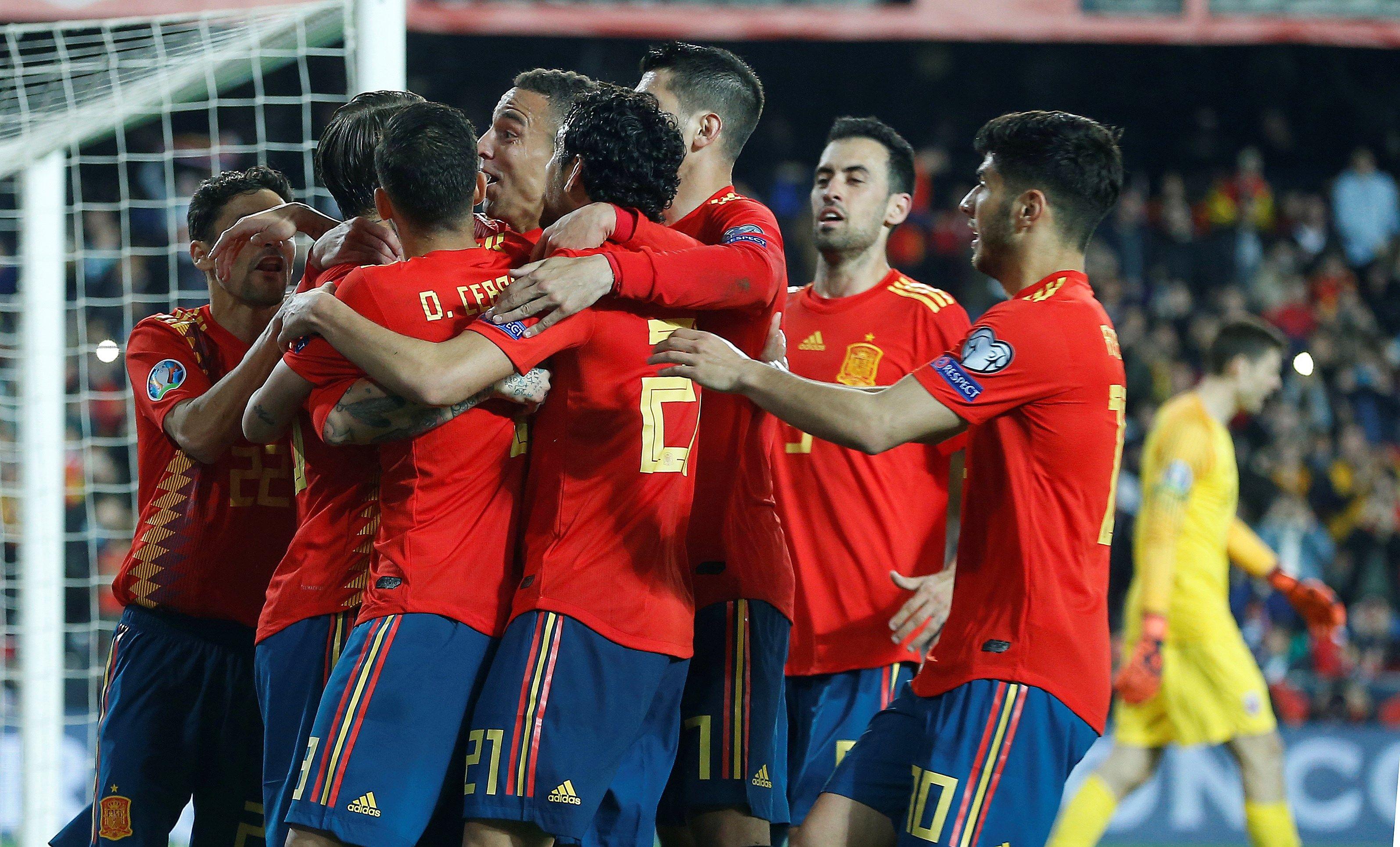 Los jugadores de la selección española celebran el segundo gol del combinado español. (Foto Prensa Libre: EFE)