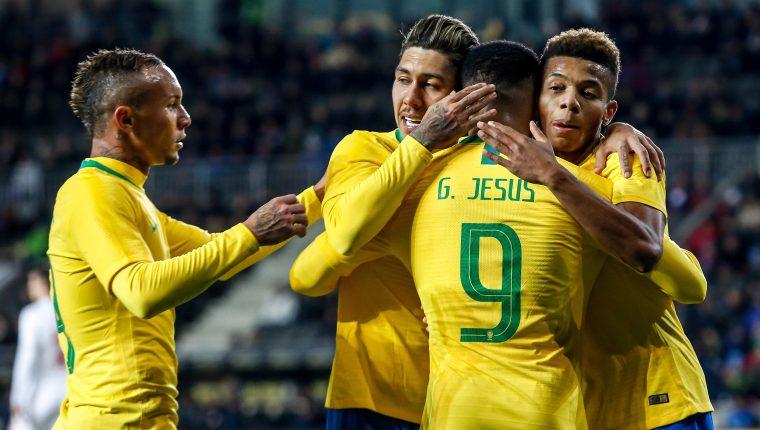 Gabriel Jesús de Brasil celebra su gol con sus compañeros este martes. (Foto Prensa Libre: EFE)
