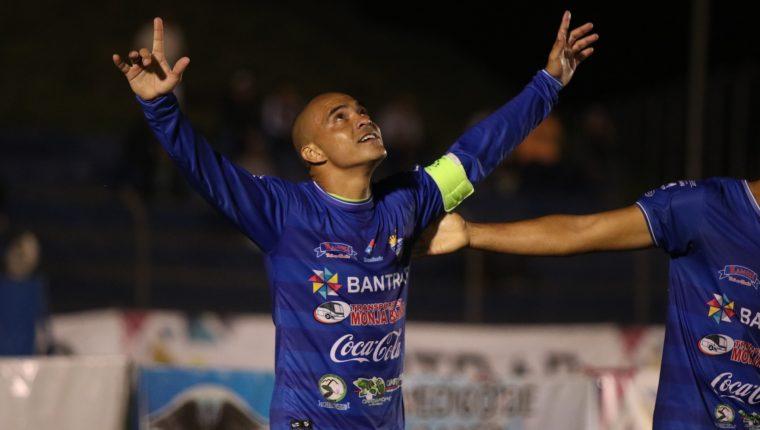 Janderson Pereira celebra el segundo gol de Cobán Imperial en el partido contra Iztapa. (Foto Prensa Libre: Eduardo Sam)
