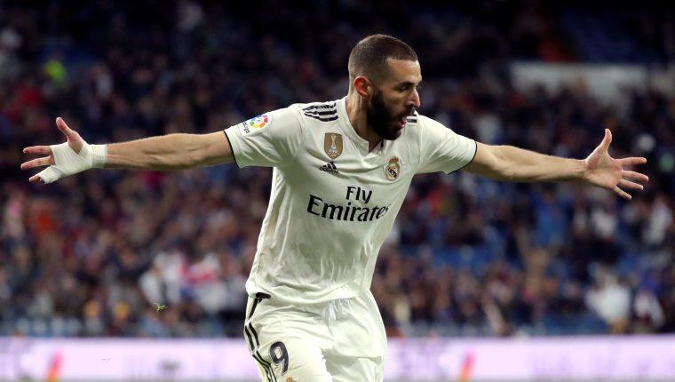 El delantero del Real Madrid Karim Benzemá celebra tras marcar el tercer gol ante el Huesca, durante el partido de Liga en Primera División disputado este domingo en el estadio Santiago Bernabéu, en Madrid. (Foto Prensa Libre: EFE)