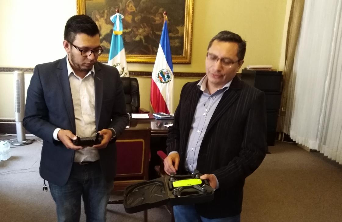 Julio César Quemé, gobernador de Quetzaltenango, muestra el mini dron que servirá para vigilar la ciudad altense. (Foto Prensa Libre: Cortesía)