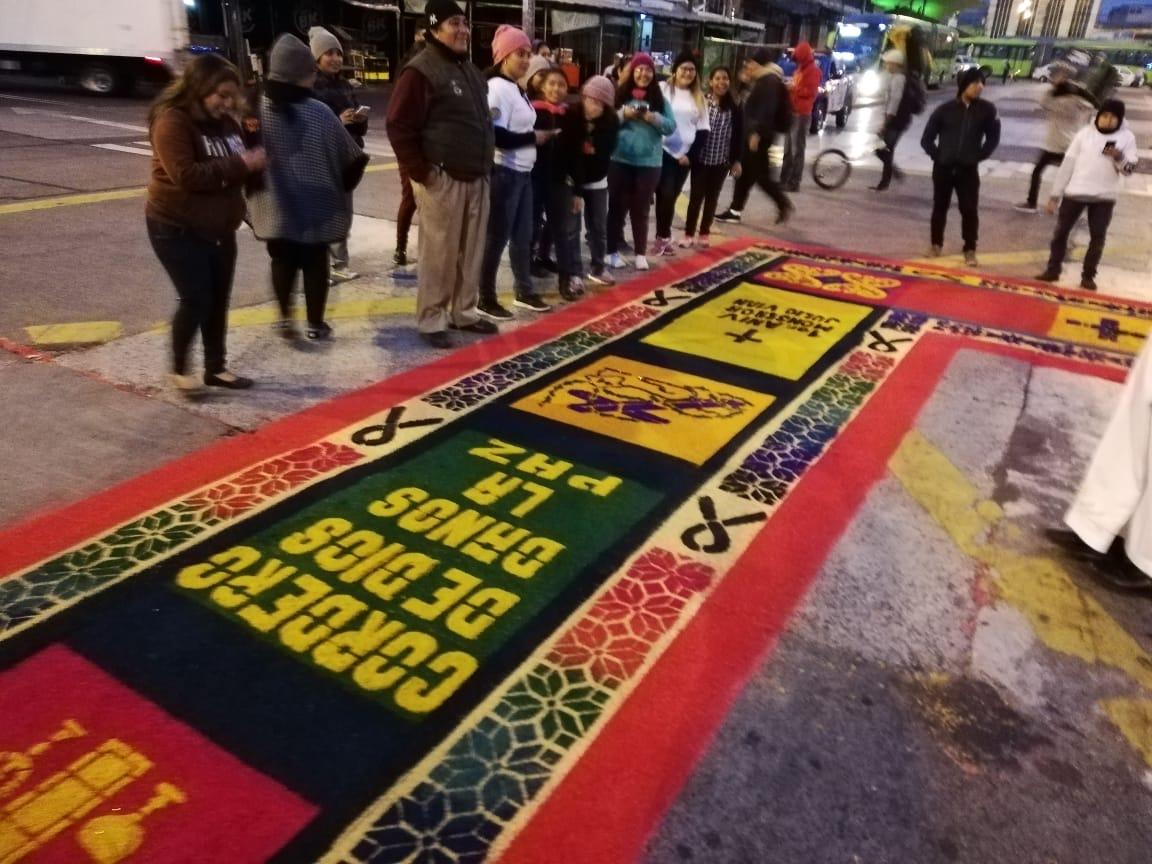 Jóvenes realizan alfombra sobre la 6a. avenida y 18 calle, zona 1, y esperan el paso de la procesión de Jesús Nazareno de la Justicia del templo El Calvario. (Foto Prensa Libre: Oscar Rivas)
