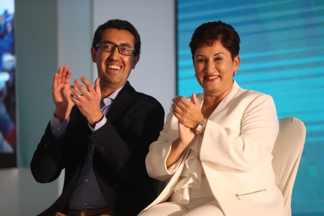 Jonathan Menkos y  Thelma Aldana, durante la asamblea  de proclamación del Movimiento Semilla. (Foto Prensa Libre: Esbin García)