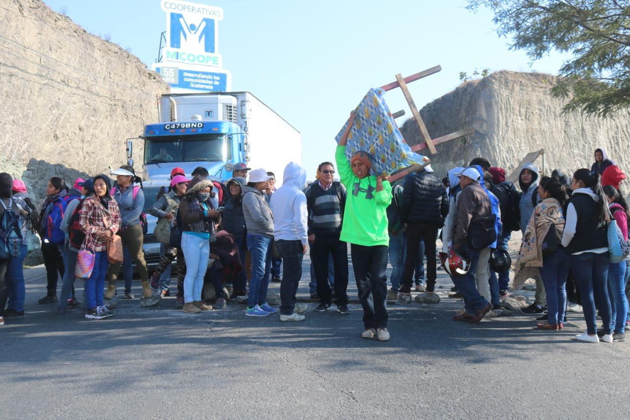 Salubristas bloquean el paso en Piedras Negras. (Foto Prensa Libre: Mike Castillo)