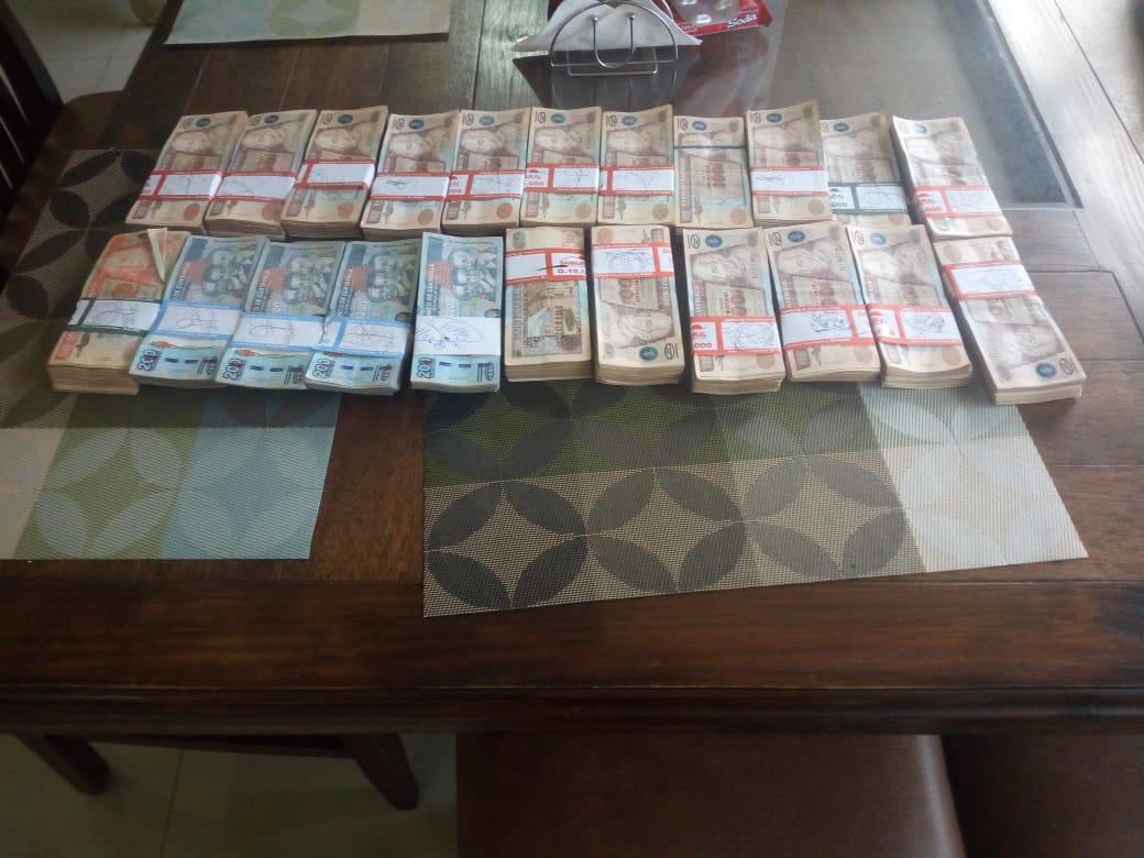 Parte del dinero incautado por las autoridades. (Foto Prensa Libre: PNC)