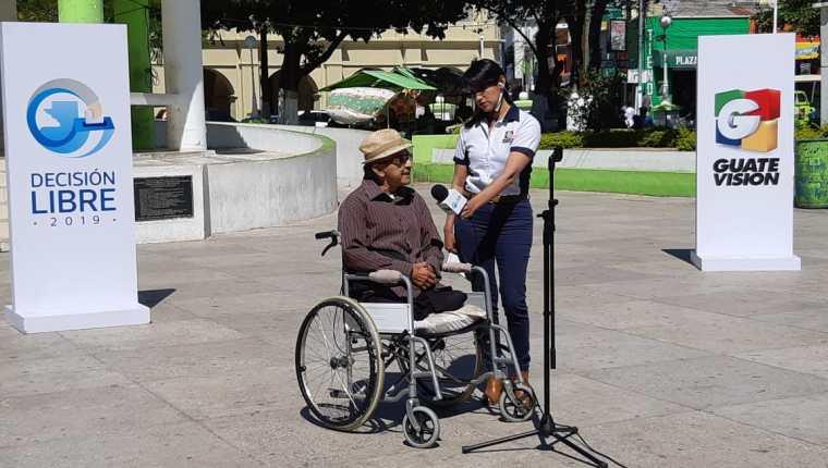 Osmín Castro comenta las necesidades que hay en la Ciudad de Jutiapa. (Foto Prensa Libre: Enrique Paredes)