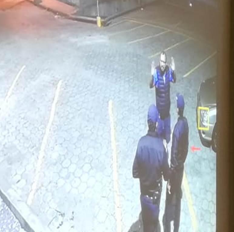 Discusión entre el abogado y los guardias antes de que fuera ultimado a balazos, el domingo 10 de marzo. (Foto Prensa Libre: Hemeroteca PL)