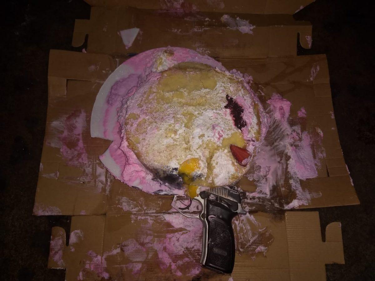 Pandilleros usaron pastel para esconder arma que emplearían en ataque