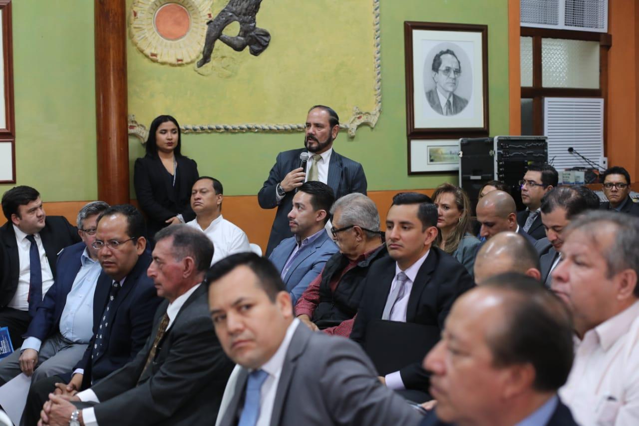 Leopoldo Guerra, registrador de Ciudadanos, explica las razones por las que unos expedientes tienen retrasos y otros no. (Foto Prensa Libre: Érick Ávila)