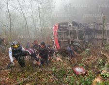 El bus de los transportes Velásquez cayó en un barranco, en el kilómetro 154 de la ruta Interamericana, en Nahualá, Sololá. (Foto Prensa Libre: Mynor Toc)