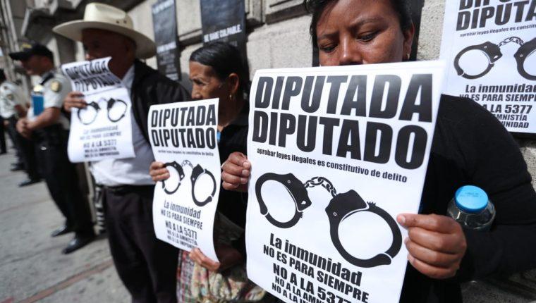 Víctimas del conflicto armado han denunciado que amnistiar delitos de lesa humanidad es un retroceso en la búsqueda de justicia.  (Foto Prensa Libre: Hemeroteca PL)