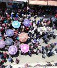 Rodeados de vecinos de Nahualá, familiares inhuman a las víctimas de la tragedia en la ruta Interamericana. (Foto Prensa Libre: Mynor Toc)