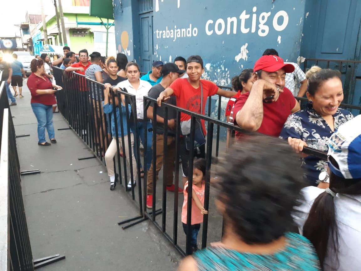 En diferentes lugares del país los guatemaltecos corren para empadronarse