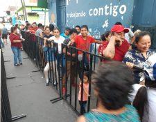 En Escuintla hay afluencia de personas que buscan empadronarse. (Foto Prensa LIbre: Carlos Paredes)