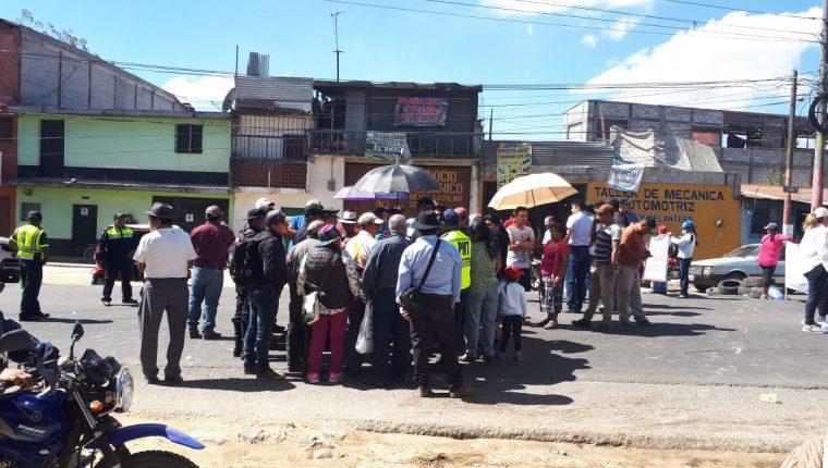 Pobladores de varios sectores de la cabecera de Chimaltenango bloquean el paso en el kilómetro 56 de la ruta Interamericana. (Foto Prensa Libre: Víctor Chamalé)