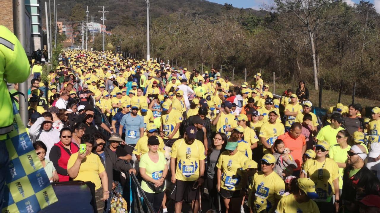 Cientos de personas participan en la carrera a beneficio de las mascotas de Mixco. (Foto Prensa Libre: Cortesía)