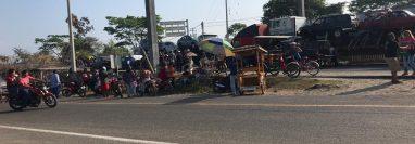 Varios padres de familia bloquean el paso por la frontera entre Guatemala y México. (Foto Prensa Libre: Alex Coyoy)