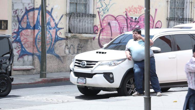Durante la entrega de credenciales al binomio presidencial de FCN-Nación, a un costado del TSE, estaba estacionado dicho automotor. (Foto Prensa Libre: Juan Diego González )