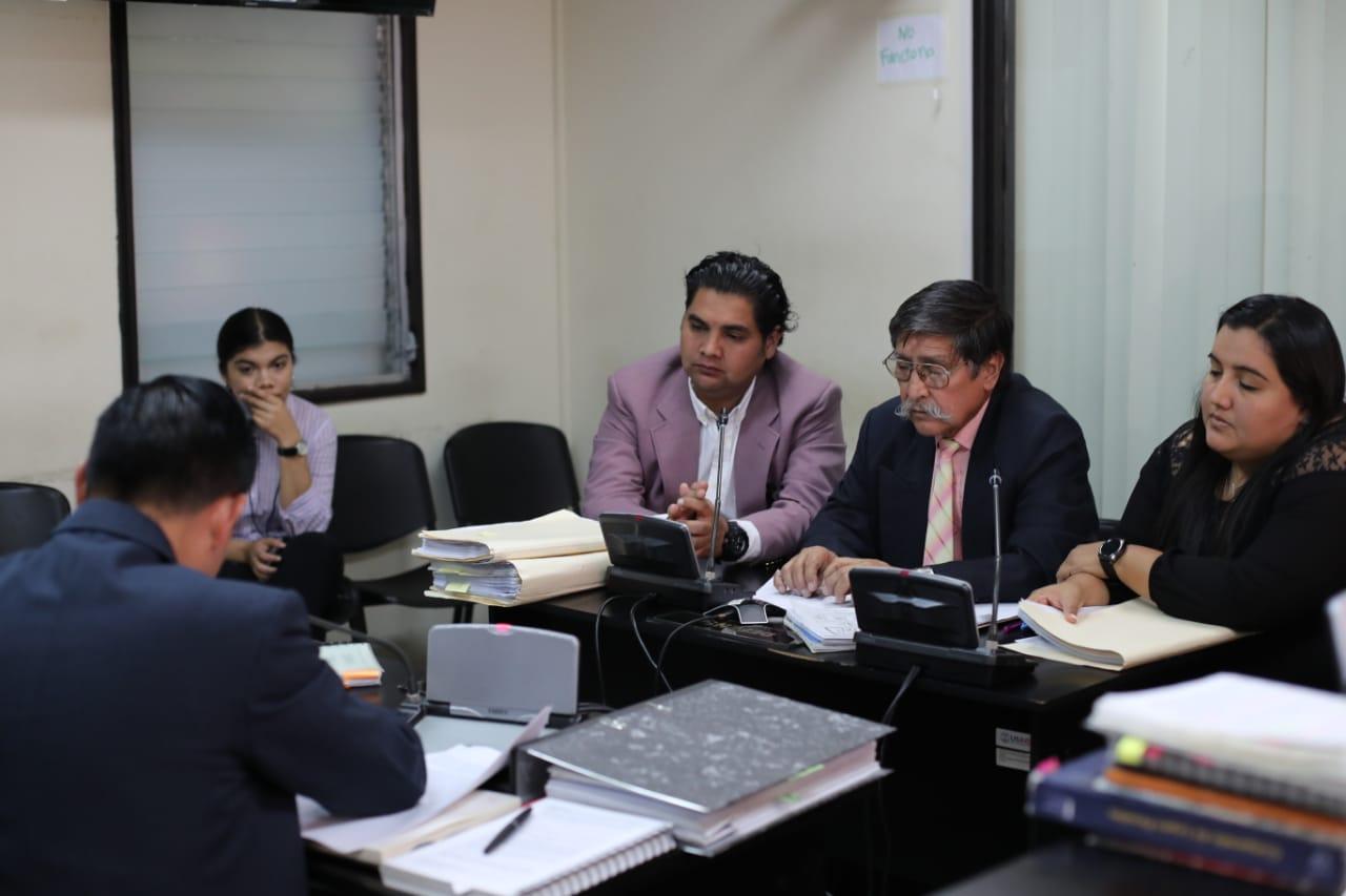 El exdirigente estudiantil de la Usac, Karlos de León -centro-, estuvo prófugo desde 2014 por la agresión a la exvicepresidenta Roxana Baldetti. (Foto Prensa Libre: Érick Ávila)