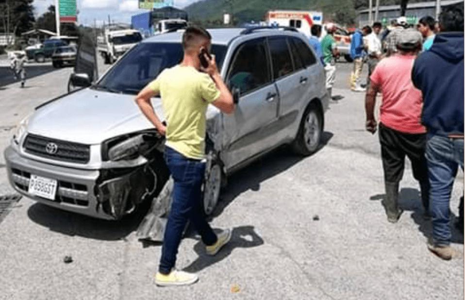 Ángel Cabrera conversa por teléfono frente a su vehículo después de sufrir un accidente. (Foto Prensa Libre: Eduardo Sam)