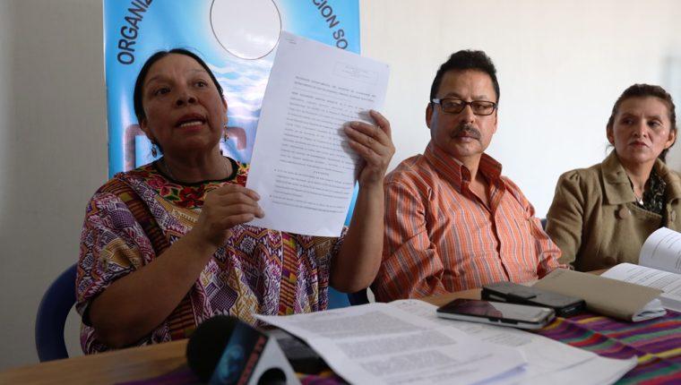 Norma Quixtán precandidata a la alcaldía de Xelajú por el comité cívico Organización Ciudadana de Acción Social, muestra el recurso de nulidad   que presento al TSE. (Foto Prensa Libre: Mynor Toc)