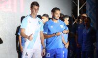 Nicholas Hagen y Edi Danilo Guerra lucen la nuevo indumentaria de la Selección Nacional. (Foto Prensa Libre: Edwin Fajardo)