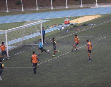El zaguero costarricense Michael Umaña intenta vencer la resistencia del portero Fredy Pérez, en el entrenamiento de este martes de Comunicaciones (Foto Prensa Libre: Edwin Fajardo)