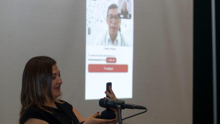 Frida Prado demostrando la plataforma MiDoctor