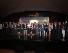 Los ganadores de la categoría plata muestran su reconocimiento.