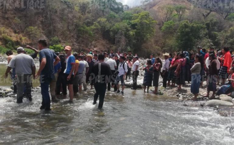 Curiosos permanecen en el lugar donde murieron cinco personas en la ruta a Granados, Baja Verapaz. (Foto Prensa Libre: Eduardo Sam).