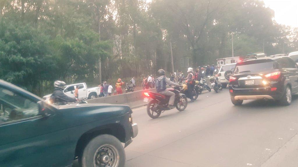 Curiosos permanecen cerca del área donde fue el accidente en la Villalobos. (Foto Prensa Libre: @SantosDalia).