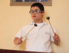 Sebastián Castillo, con síndrome de Down, toca con gran habilidad la marimba, la lira y el redoblante. (Foto Prensa Libre, Juan Diego González)