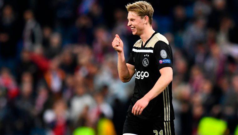 Frenkie de Jong celebra la victoria del Ajax sobre el Real Madrid en el estadio Bernabéu. (Foto Prensa Libre: AFP)