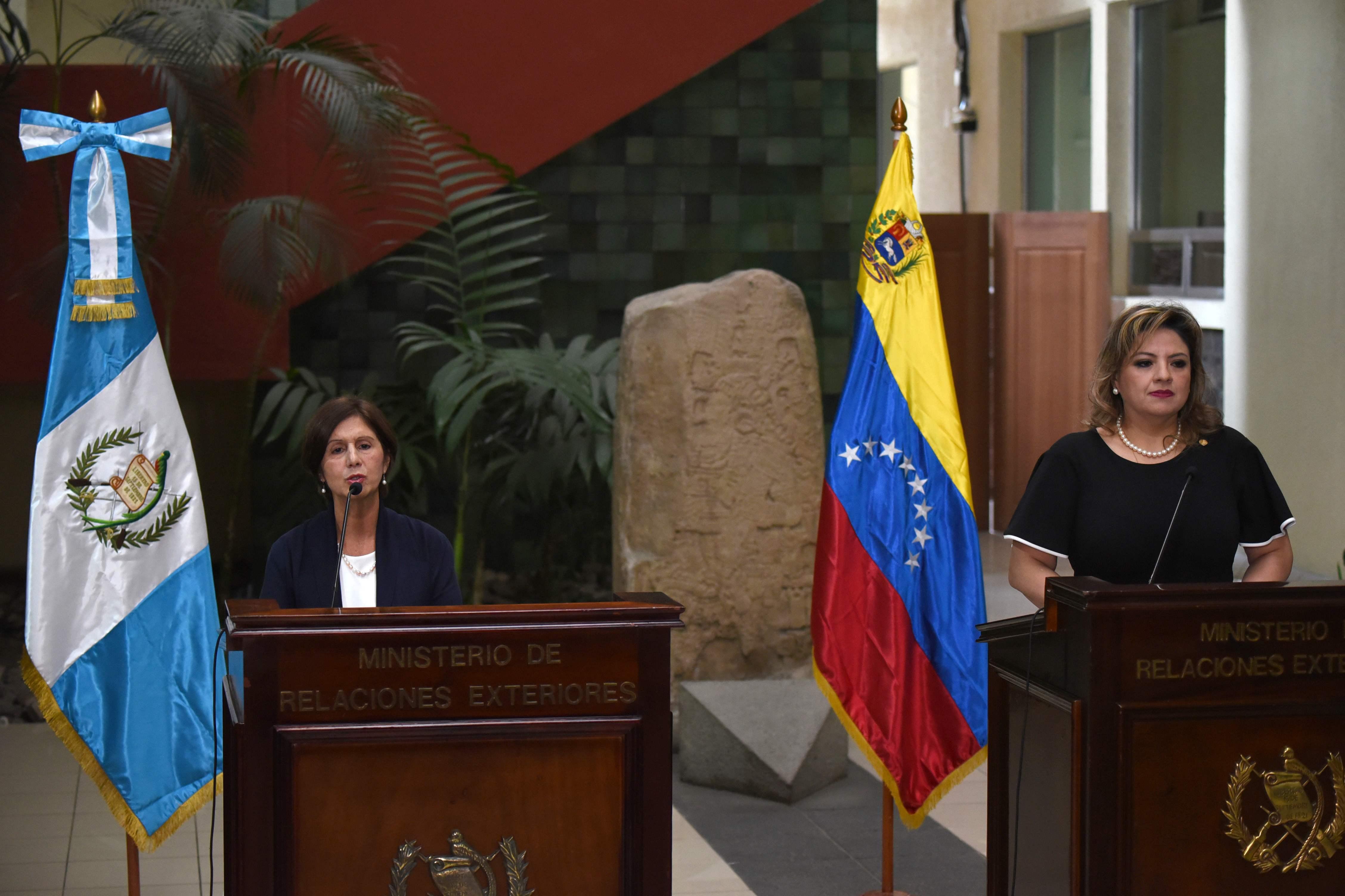 Maria Romero, nueva embajadora de Venezuela, y la canciller guatemalteca Sandra Jovel hablan a los medios de la reunión en privado que tuvieron ambas diplomáticas. (Foto Prensa Libre: AFP)