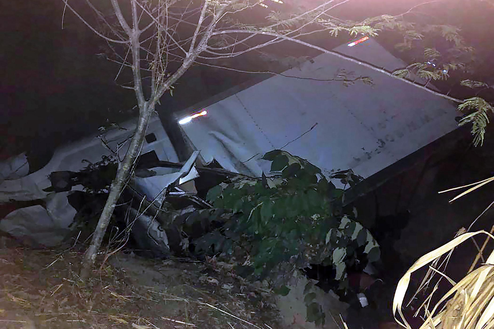 En este camión viajaban los migrantes guatemaltecos que fallecieron en una carretera de Chiapas, México. (Foto Prensa Libre: AFP)