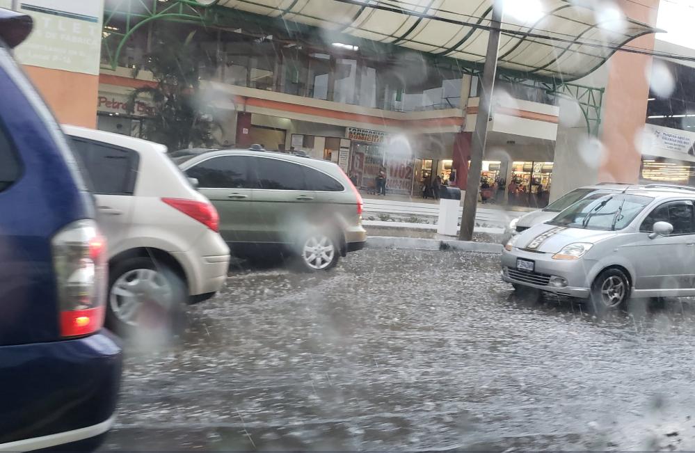 La fuerte lluvia ha causado inundaciones en la calzada Aguilar Batres. (Foto Prensa Libre: Cortesía).
