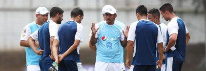 Amarini Villatoro, técnico interino de la Selección Nacional, dirige una práctica el miércoles 13-3-2019. Foto de Francisco Sánchez).