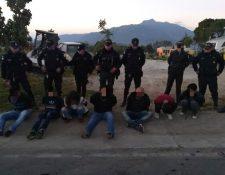 Agentes de la PNC custodian a los presuntos asaltantes capturados en San Marcos. (Foto Prensa Libre: PNC).
