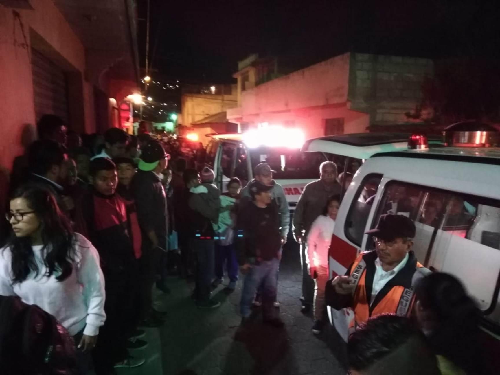 Bomberos Voluntarios llegaron al lugar del hecho violento para auxiliar a los cuatro heridos. (Foto Prensa Libre: Mynor Toc)