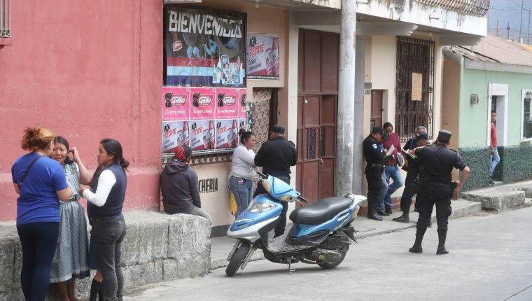Duglas Josué Pérez Macario, de 31 años, murió baleado este medía, 28 de marzo, en el interior de una cevivhería (Foto Prensa Libre: Mynor Toc)