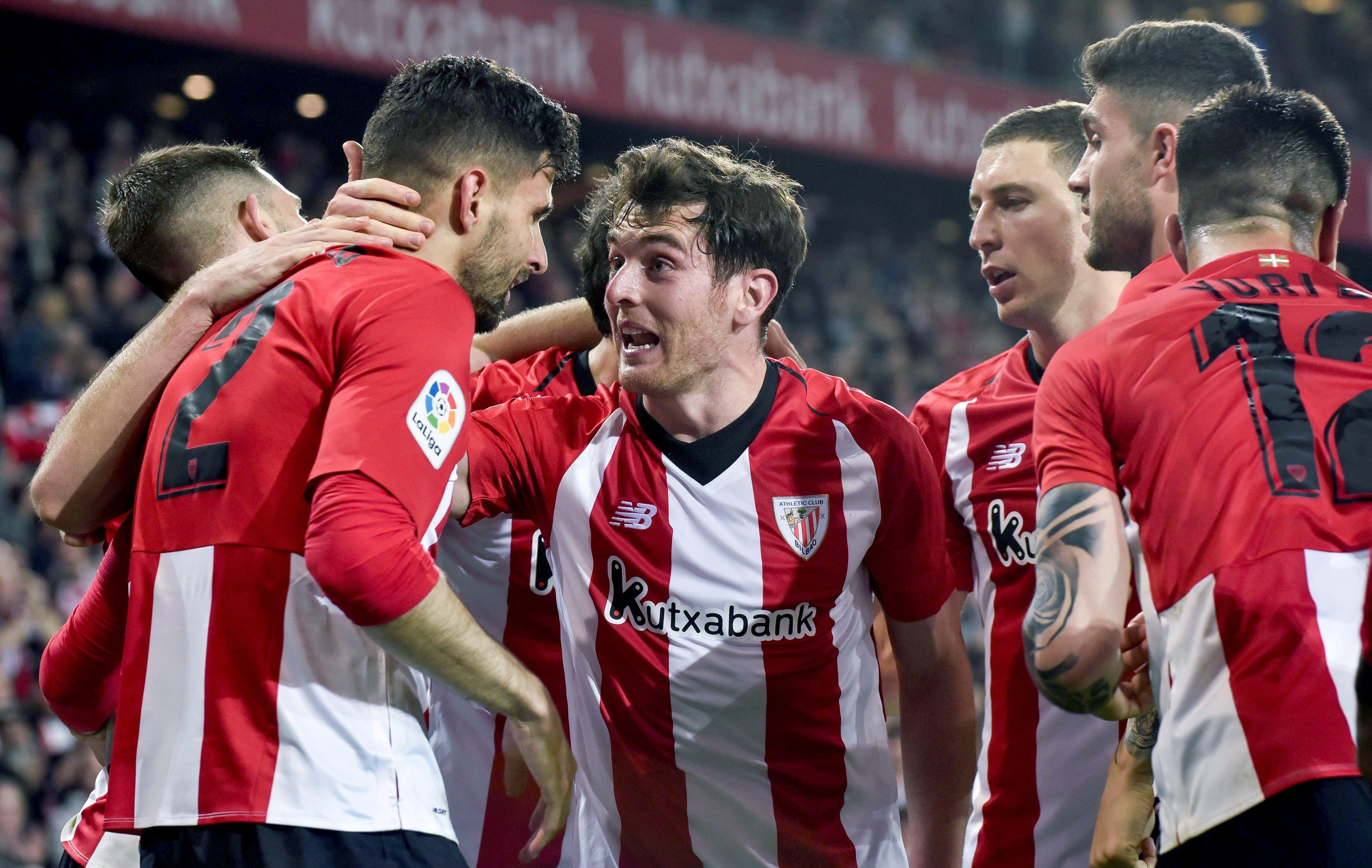 Los jugadores del Athletic de Bilbao festejan después de haber marcado el segundo gol contra el Atético de Madrid. (Foto Prensa Libre: EFE).