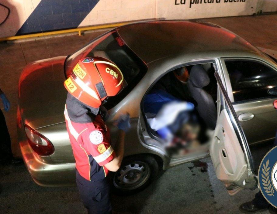 El cuerpo de un hombre con varios balazos fue hallado dentro de un vehículo en la avenida Petapa. (Foto: Bomberos Municipales)