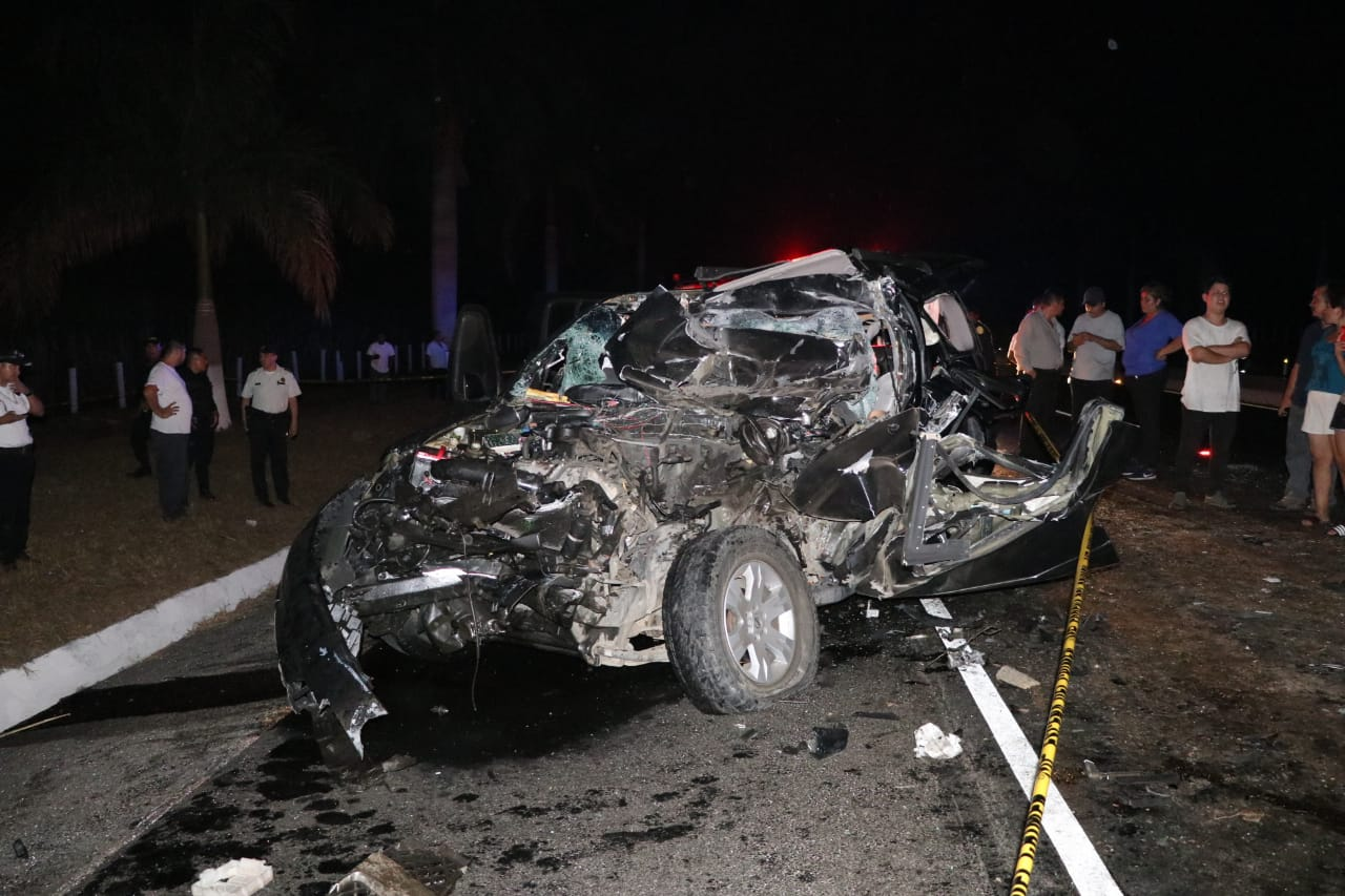 Vehículo en el que se transportaban las víctimas en la autopista Palín-Escuintla. (Foto Prensa Libre: Carlos Paredes).