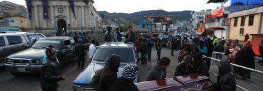 Los restos de las víctimas permanecían en el Salón Municipal de Nahualá, Sololá, y han comenzado a ser entregados a sus familiares desde las 5 horas de este jueves. (Foto Prensa Libre: Carlos H. Ovalle)