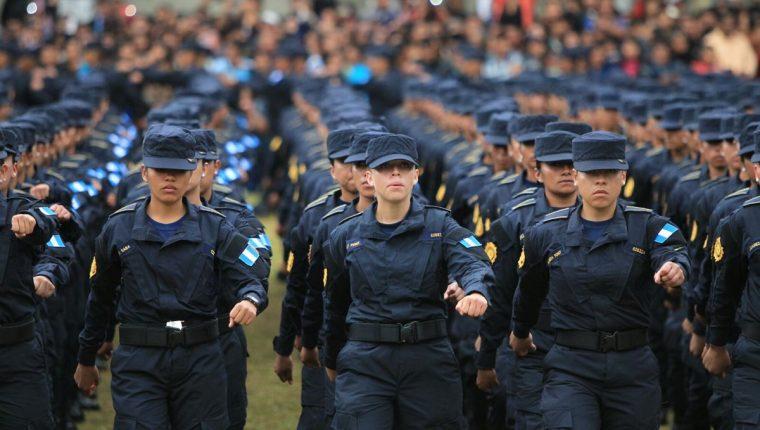 En promedio cada año la PNC gradúa a dos mil 500 nuevos policías y el presupuesto es de Q300 millones anuales por esa ampliación. (Foto Prensa Libre: Hemeroteca PL)