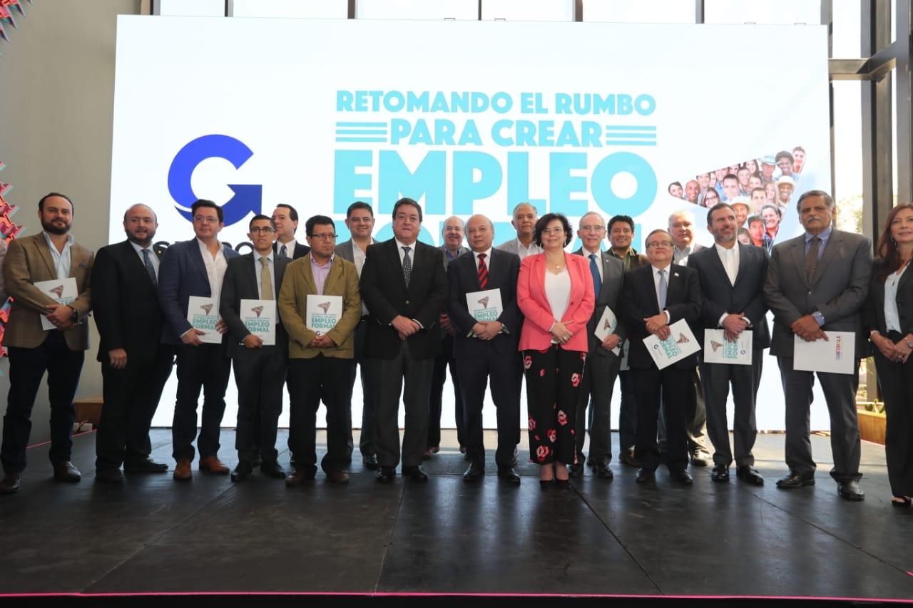Candidatos presidenciales de varios partidos políticos, o sus representantes, recibieron el plan de generación de empleo propuesto por Agexport. (Foto, Prensa Libre: Érick Ávila).