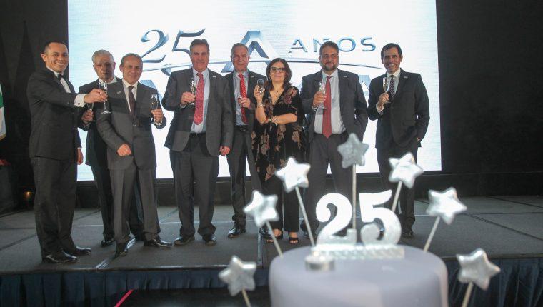 Directivos de Agromsa realizan el brindis por la celebración de sus 25 años.
