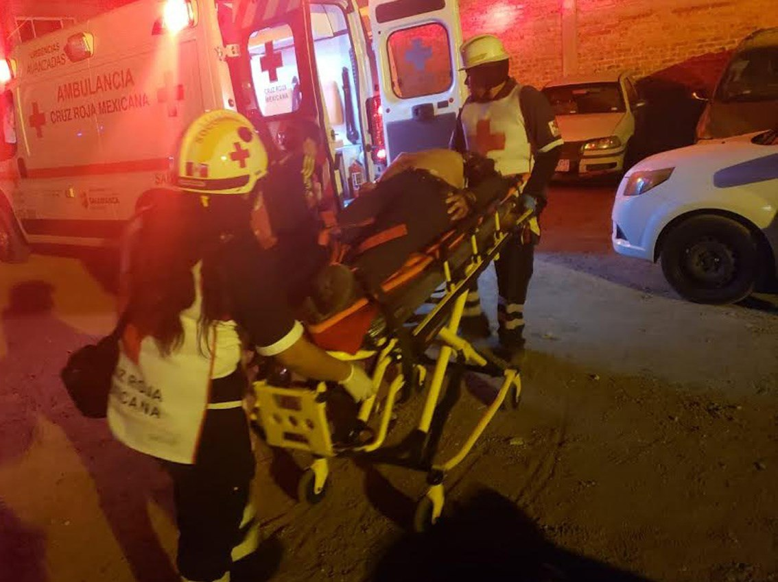 Socorristas auxilian a heridos en el sitio donde al menos 13 muertos y siete heridos. (Foto Prensa Libre: EFE)