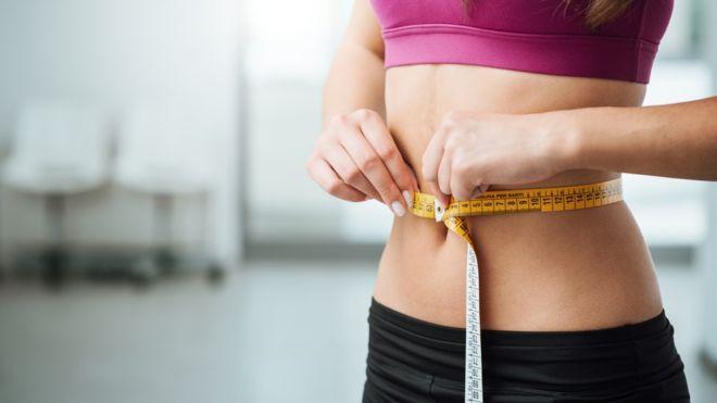 La explicación de por qué a unas personas les cuesta más bajar de peso que a otras podría estar en las bacterias que tienen en la flora intestinal. (GETTY IMAGES).