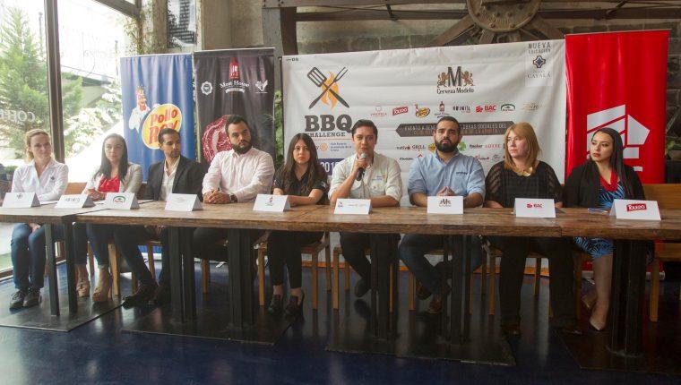 Representantes de Rotario y de las empresas que patrocinaran el evento, entre ellas Cerveza Modelo, BAC Credomatic